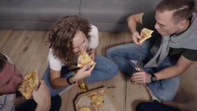 Amicizia, alimento, pizza caucasica allegra del tempo di ordine degli amici del partito domestico, divertiresi, sedentesi sul pav video d archivio