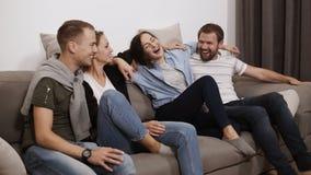 Amicizia, comunicazione, amici caucasici amorosi del tempo del partito divertendosi insieme, abbracciando mentre sedendosi su un  video d archivio