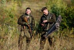 Amicizia dei cacciatori degli uomini Cacciatori dell'uomo con la pistola del fucile Boot Camp Modo dell'uniforme militare Forze d fotografia stock libera da diritti