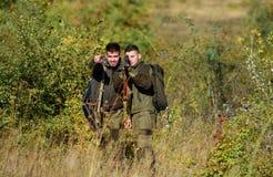 Amicizia dei cacciatori degli uomini Cacciatori dell'uomo con la pistola del fucile Boot Camp Modo dell'uniforme militare Forze d fotografie stock libere da diritti