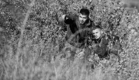 Amicizia dei cacciatori degli uomini Cacciatori dell'uomo con la pistola del fucile Boot Camp Modo dell'uniforme militare Forze d fotografie stock
