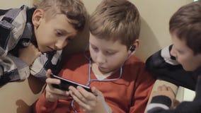 Amicizia del ` s del ragazzo, tecnologia e concetto - amici maschii con lo smartphone archivi video
