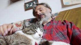 Amicizia dell'uomo e del gatto video d archivio