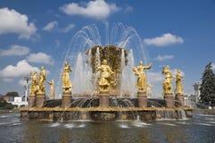 Amicizia della fontana della gente a Mosca Immagini Stock