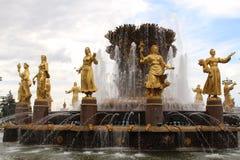 Amicizia della fontana della gente a Mosca Fotografie Stock Libere da Diritti