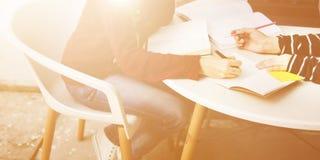 Amicizia delle donne che studia concetto di tecnologia di 'brainstorming' Immagine Stock