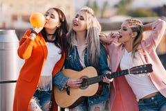 Amicizia femminile Passatempo creativo all'aperto Fotografia Stock Libera da Diritti
