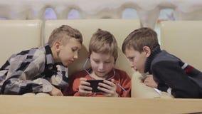 Amicizia, tecnologia e concetto - amici maschii con lo smartphone stock footage