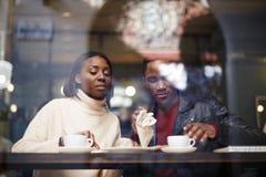 Amico alla prima colazione che mangia caffè e che si gode di Fotografia Stock