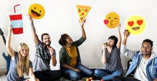 Amico con differenti emojis tagliato immagine stock