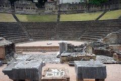 amid amphitheater fördärvar forntida kolonner sidokalkonen Royaltyfria Bilder