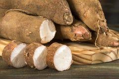 Amidon de manioc cru - Manihot esculenta Fond en bois image libre de droits