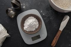 Amidon de mesure de tapioca sur une échelle numérique Photo libre de droits