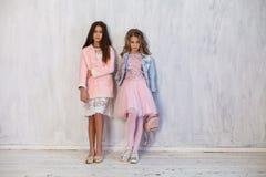 Amie à la mode de deux filles dans des uniformes scolaires photos stock