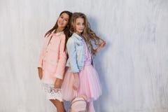 Amie à la mode de deux filles dans des uniformes scolaires photographie stock