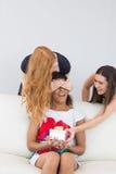 Amie étonnante de jeunes femmes gaies avec un cadeau Image libre de droits