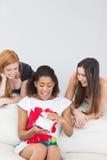 Amie étonnante de jeunes femmes gaies avec un cadeau Photo stock