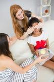 Amie étonnante de jeunes femmes gaies avec un cadeau Image stock