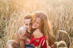 Amie adolescente et ami ayant l'amusement dehors, baisers, étreignant, concept d'amour Photographie stock libre de droits