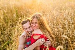 Amie adolescente et ami ayant l'amusement dehors, baisers, étreignant, concept d'amour Images libres de droits
