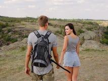 Amie attirante mignonne et ami fort et positif sur un fond naturel Jeunes randonneurs Concept romantique de voyages Image libre de droits