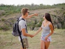 Amie attirante mignonne et ami fort et positif sur un fond naturel Jeunes randonneurs Concept romantique de voyages Images libres de droits