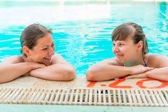 Amie au bord de la piscine Photographie stock libre de droits