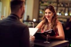 Amie avec l'ami dans le restaurant Photographie stock libre de droits
