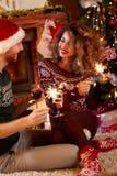 Amie avec l'associé au réveillon de Noël Image libre de droits