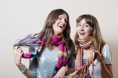 Amie ayant l'amusement utilisant les écharpes tricotées Photos libres de droits