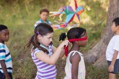 Amie bandante les yeux de petite fille au terrain de camping Photos libres de droits