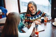 Amie communiquent dans un café Images libres de droits