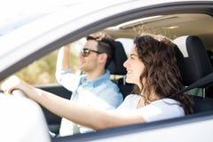 Amie conduisant une voiture avec l'ami Image stock