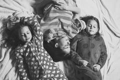 Amie dans des pyjamas dorment dans le lit, vue supérieure Image stock