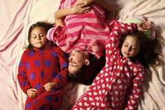 Amie dans des pyjamas dorment dans le lit, vue supérieure Photos libres de droits