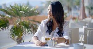 Amie de attente de femme en café Photos stock
