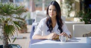 Amie de attente de femme en café Photo libre de droits