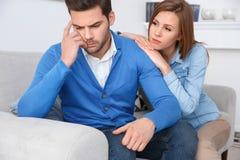 Amie de attente de problèmes de famille de session de psychologie de jeunes couples s'appuyant sur l'ami Photo libre de droits