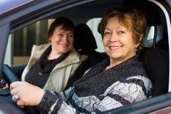 Amie de deux femelles dans la voiture Image libre de droits