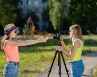 Amie de deux filles Été en nature Écrit la vidéo à l'appareil-photo Vlog et blog record Leçon visuelle record pour Image libre de droits