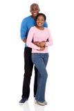 Amie de embrassement d'homme africain Image stock