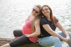 Amie de femme enceinte Image stock