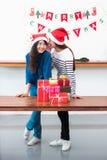 Amie de l'Asie utilisent le chapeau de Santa en partie de Noël et de nouvelle année Images libres de droits