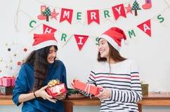 Amie de l'Asie utilisent le chapeau de Santa pendant le Joyeux Noël et la nouvelle année Image libre de droits