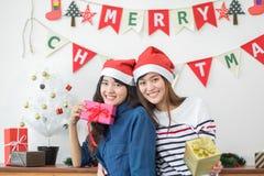 Amie de l'Asie utilisent le chapeau de Santa pendant le Joyeux Noël et la nouvelle année Photo libre de droits