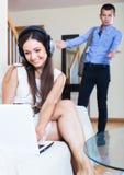 Amie de observation d'homme jouant en ligne Images libres de droits