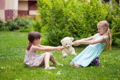 Amie de petite fille sur la pelouse Photo stock