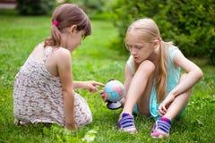 Amie de petite fille sur la pelouse Photos stock