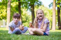 Amie de petite fille sur la pelouse Photos libres de droits