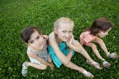 Amie de petite fille sur la pelouse Images stock
